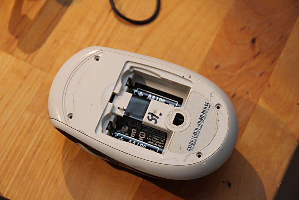 Als erstes also Batterien raus, Kunststoff-Gleitflächen abziehen und alles Schrauben rausdrehen (Torx T-7).